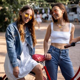 Freundinnen im freien mit fahrrad