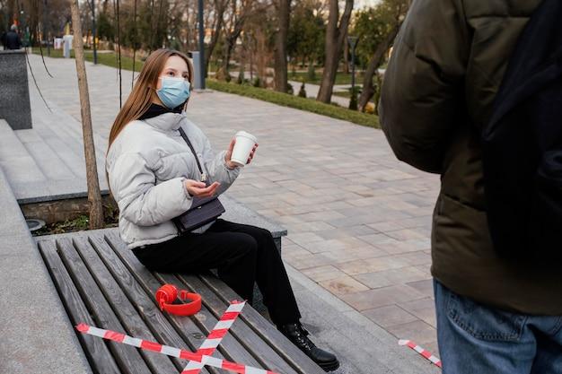 Freundinnen im freien mit maske