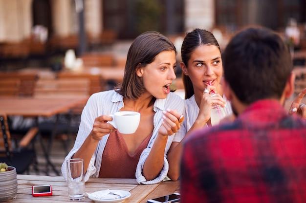 Freundinnen klatschen beim kaffeetrinken