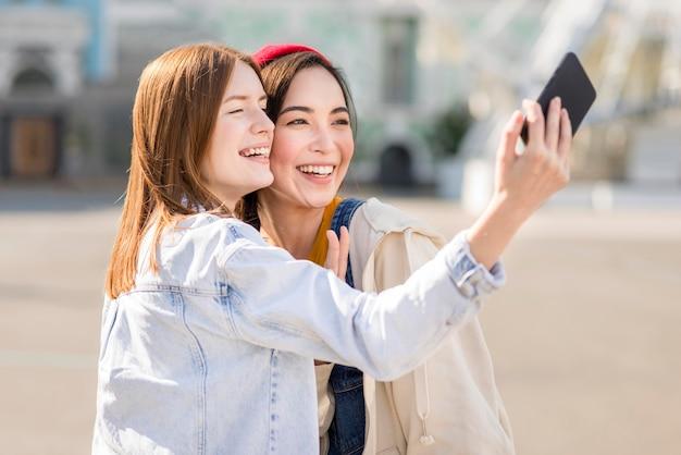 Freundinnen nehmen selfie zusammen