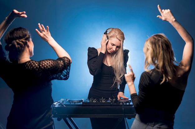 Freundinnen tanzen auf party