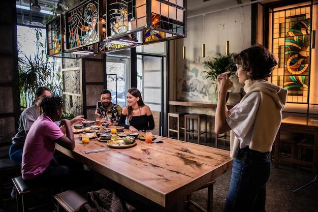 Freundinnen unterhalten sich und essen ein paar snacks in einem café