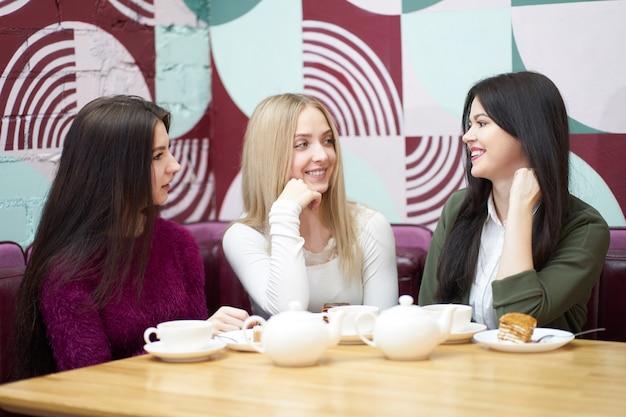 Freundinnen unterhalten sich während der teezeit im café