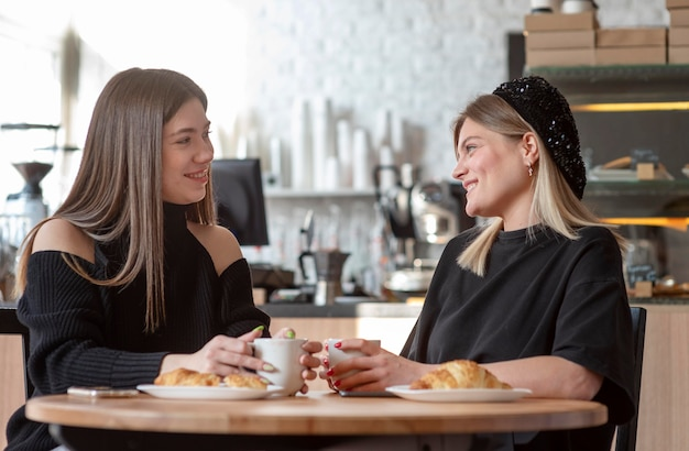 Freundinnen verbringen zeit miteinander und genießen einen kaffee