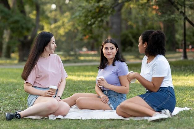 Freundinnen zusammen im park