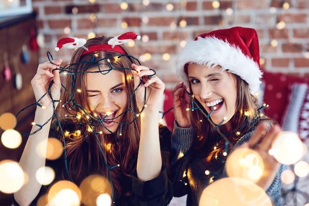 Freundinnen zwinkern und lachen