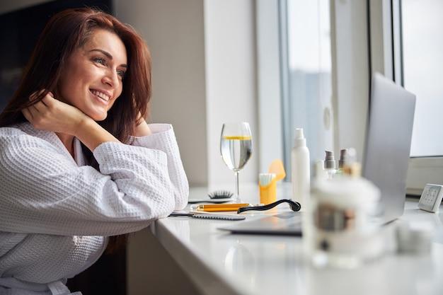 Freundliche brünette weibliche person mit online-kommunikation