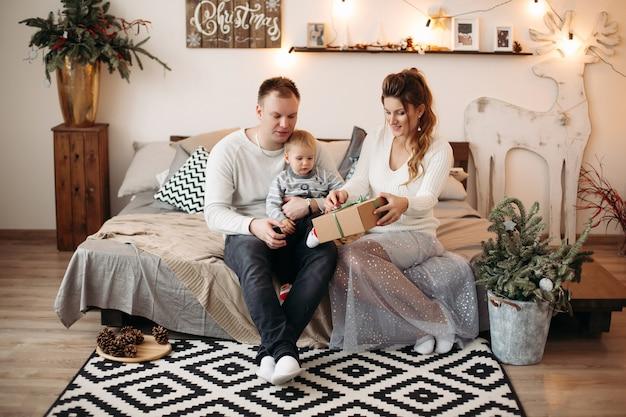 Freundliche familie, die zeit zusammen vor weihnachten genießt