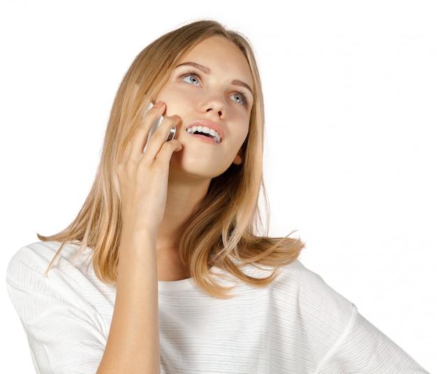 Freundliche frau, die am telefon getrennt spricht