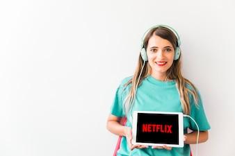 Freundliche Frau, die Netflix-Logo zeigt