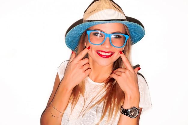Freundliche frau mit blauen gläsern und einem großen lächeln