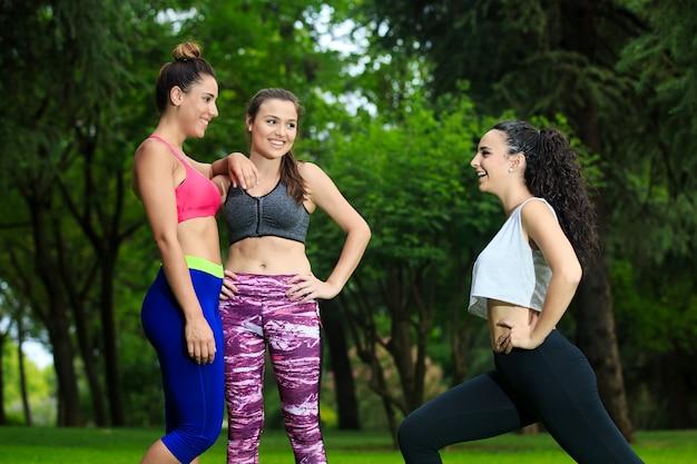 Freundliche freundinnen, die im park trainieren