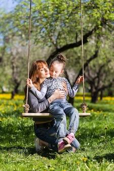 Freundliche, fröhliche familie, die ein picknick macht.