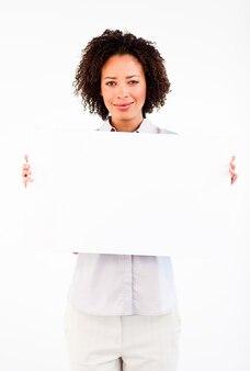 Freundliche geschäftsfrau, die großes businesscard hält