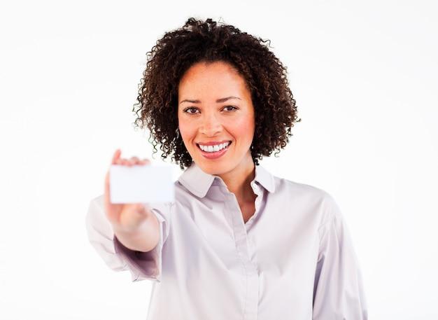 Freundliche geschäftsfrau, die weiße visitenkarte zeigt