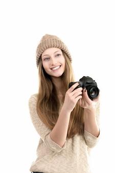 Freundliche junge frau, die mit ihrer kamera
