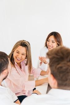 Freundliche kollegen, die im büro lachen