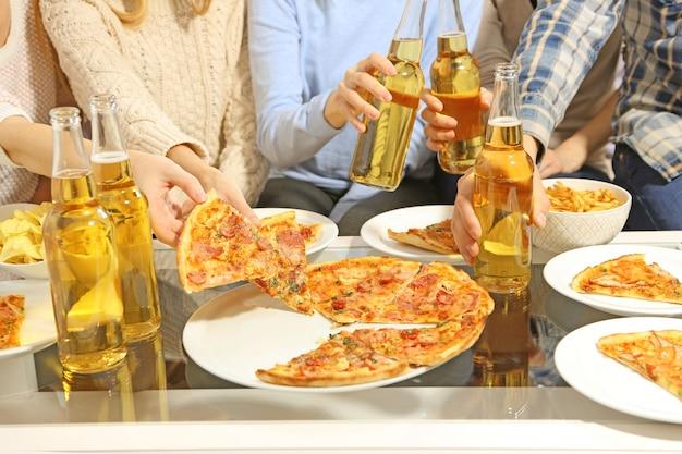 Freundliche party mit heißer pizza und getränken
