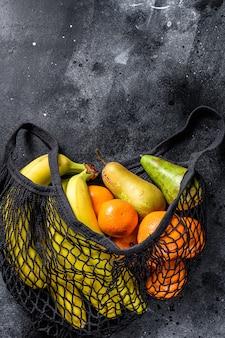 Freundliche umweltfreundliche wiederverwendbare tüte mit früchten. kein verlust. nachhaltiges lifestyle-konzept. kunststofffrei. . .