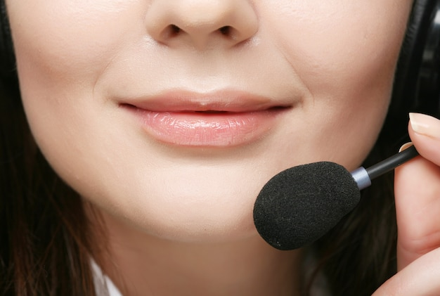 Freundliche weibliche callcenter-betreiberin