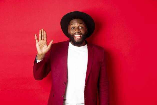 Freundlicher afroamerikaner, der hand winkt