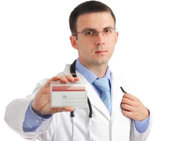 Freundlicher arzt mit leerer medizinischer id-karte. isoliert auf weißem hintergrund