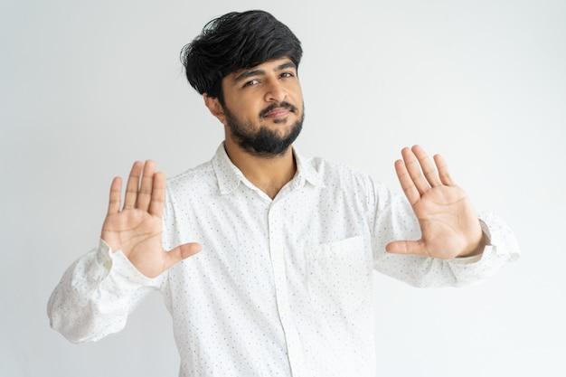 Freundlicher indischer kerl, der halt, genug gestikuliert.
