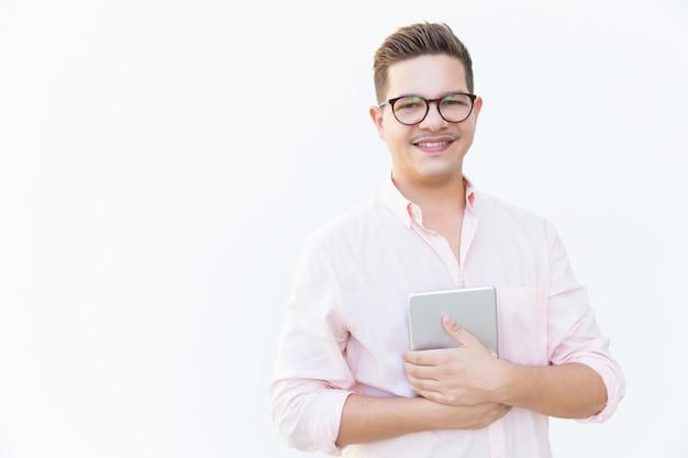 Freundlicher internet-benutzer mit tablette