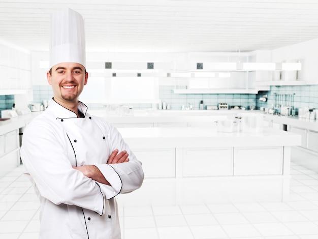 Freundlicher koch in moderner küche