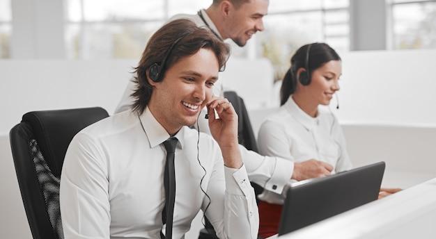 Freundlicher kundenberater während der arbeit im call center