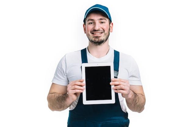 Freundlicher lieferbote mit tablette