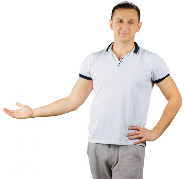 Freundlicher netter mann in einer sportlichen ausstattung lokalisiert auf weiß