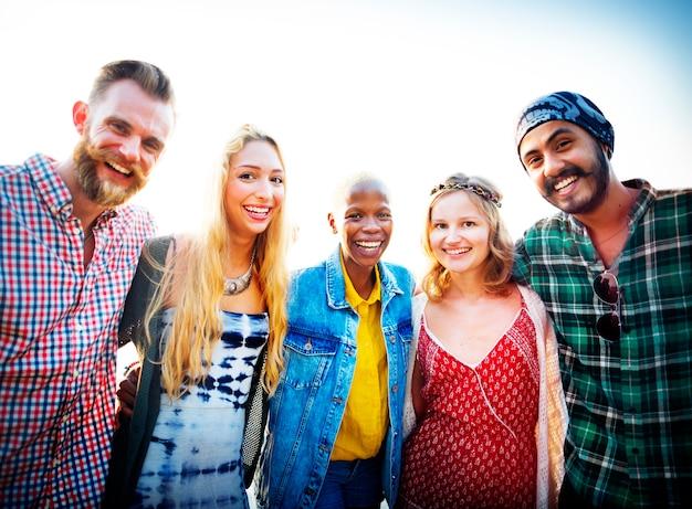 Freundschaft-bindungs-entspannungs-sommer-strand-glück-konzept
