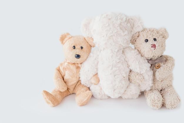 Freundschaft - drei teddybären, die in seinen armen halten