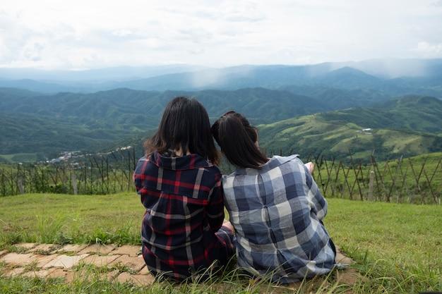 Freundschaft zwischen freunden. zwei frauen sitzen an der aussicht