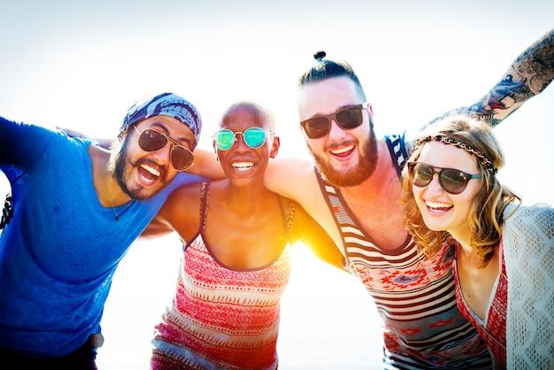 Freundschafts-bonding-entspannungs-sommer-strand-glück-konzept