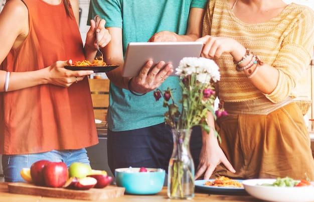 Freundschafts-zusammengehörigkeits-lebensmittel-digital-tablet-technologie-konzept