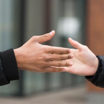 Freundschaftskonzept mit multiethnischen menschen