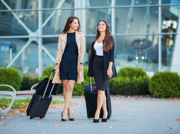 Freundwillkommen zurück, indem sie flughafen umfassen. hall international fehlt umarmung und gruß bei ankunft