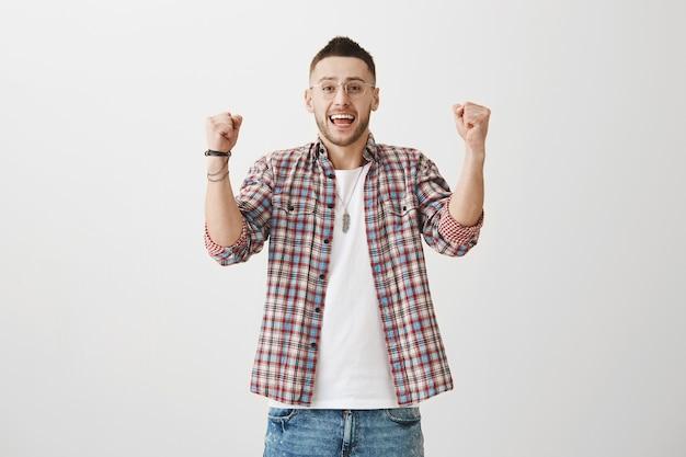 Freut sich junger mann posiert