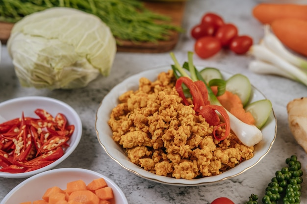 Fried chicken pop mit chili-frühlingszwiebeln und tomaten.