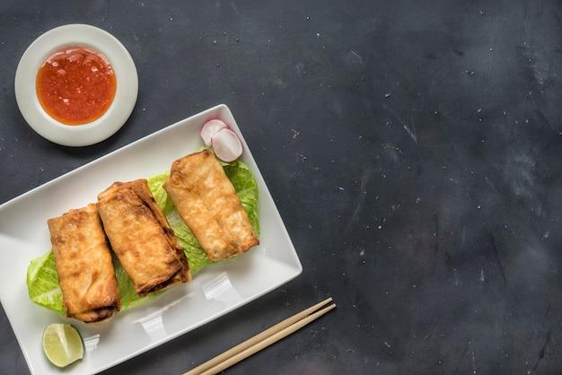 Fried chinese traditional spring rollt lebensmittel