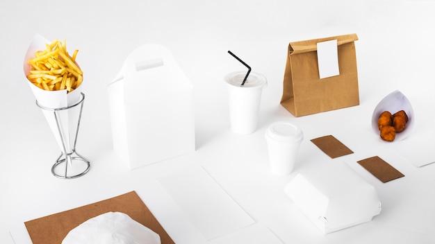 Fried food mit verpackten essen und entsorgung tasse auf weißem hintergrund