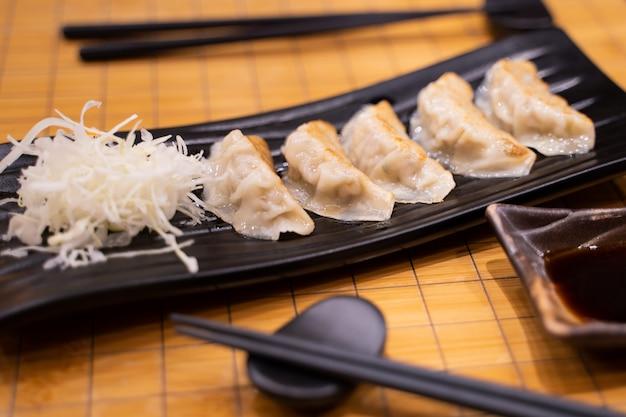 Fried gyoza mit geschnittenem kohl nach japanischer art
