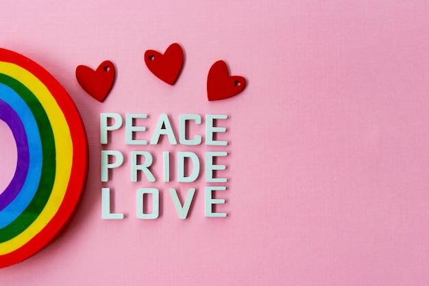 Frieden, liebe, stolz mit regenbogen. lgbt homosexuell stolz konzept.