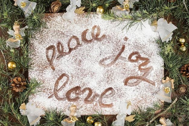 Friedensfreude liebesaufschrift auf zuckerpulver