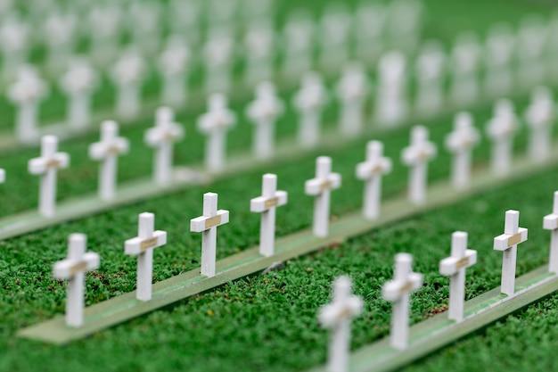 Friedhof, grabkreuze und grünes gras, miniaturszene im freien, europa. mini figuren mit hoher entkalkung von objekten, realistisches diorama, spielzeugmodell