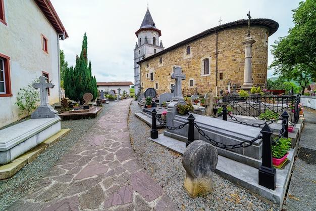 Friedhof in der mittelalterlichen alten kirche des baskenlandes in frankreich. europa.