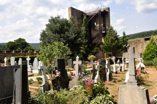 Friedhof und turm von san martin del castañar, provinz salamanca, kastilien und leon, spanien