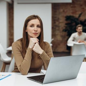 Friedliche frau, die an einem laptop arbeitet